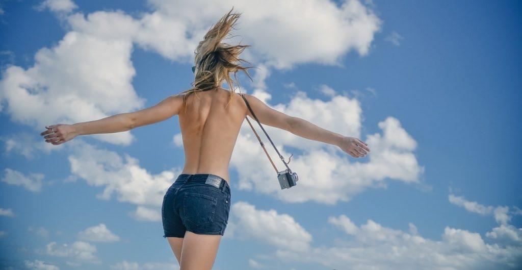 colageno-acido-hialuronico-que-es-beneficios-para-que-sirve-chica-playa